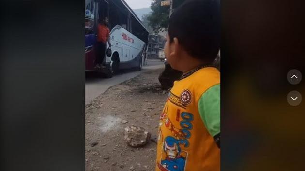 Viral Video Balita Berdiri di Pinggir Jalan, Ingin Ketemu Bapak yang Jadi Kernet Bus, Netizen: Ayah Itu Luar Biasa Pengorbanannya Buat Keluarga, Saya Langsung Terharu Lihat Pertemuan Bapak-Anak, Dikasih Oleh-oleh dan Uang