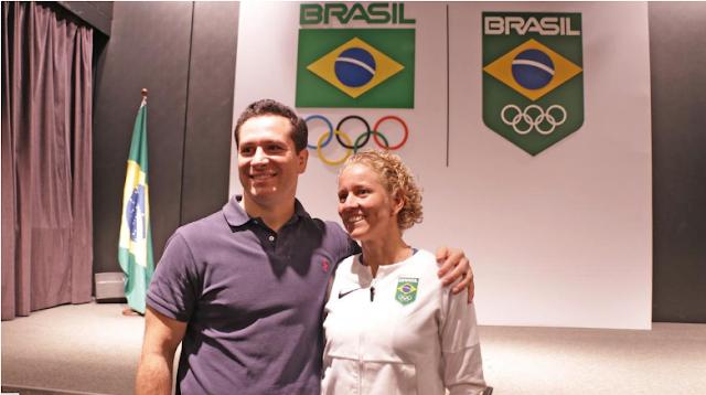 Tiago Camilo e Yane Marques abraçam em cerimônia da presidência da Comissão de Atletas do Comitê Olímpico Brasileiro