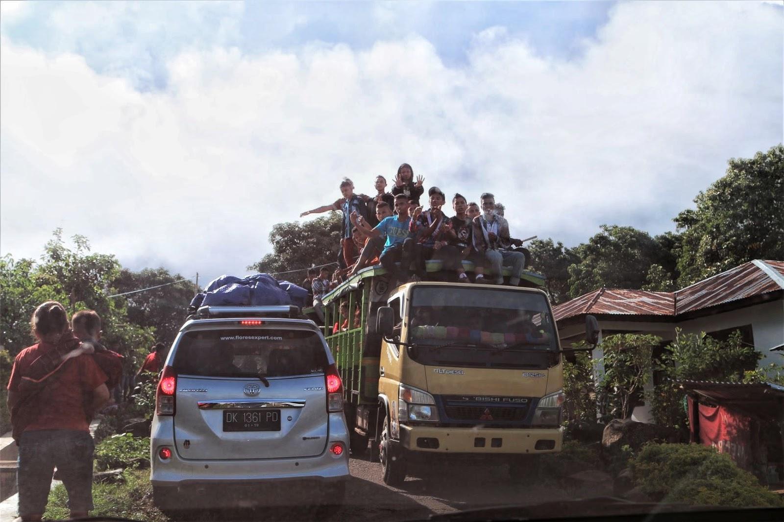 Transportasi umum masyarakat hanya lori/truk yang datang tidak tiap hari dan tidak ada angkot