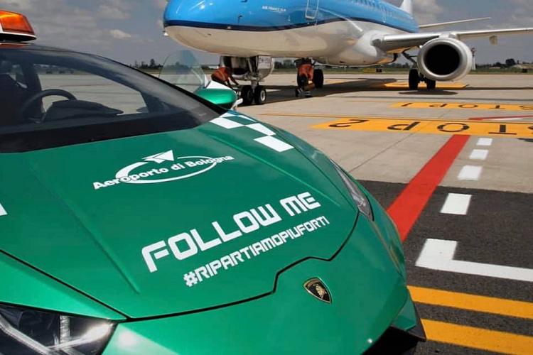 Siêu xe Lamborghini Huracan EVO dẫn đường tại sân bay Bologna