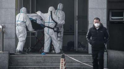 Petugas Medis Menggunakan Pelindung Lengkap di Wuhan