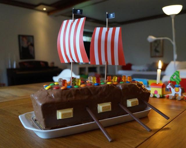 Rezept: Piratenschiff-Kuchen für den maritimen Kindergeburtstag backen. Ein Kuchen in Schiffs-Form ist ein Muss beim Piraten-Geburtstag!