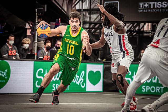 André Ferros disputa jogada com o francês Dominique Gentil no Pré-Olímpico de basquete 3x3