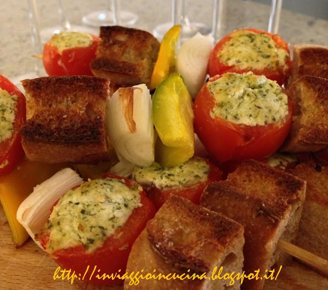 Spiedini golosi vegani con tofu, verdure e bruschetta