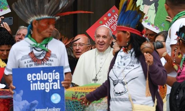 Papa reage a comentário sarcástico sobre plumas indígenas dentro do Sínodo para a Amazônia