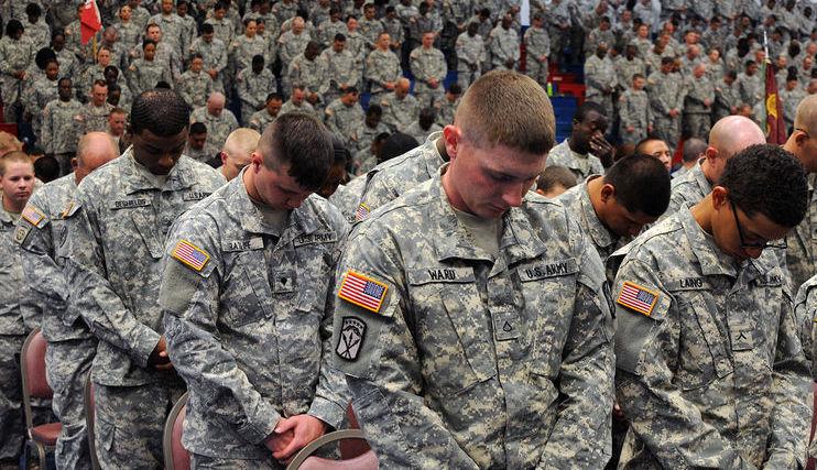 Soldados orando