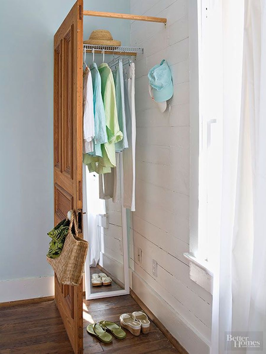 Reciclaje creativo: puerta antigua convertida en closet