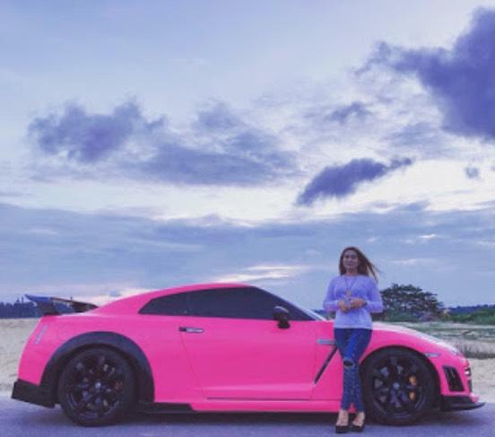 Siapa Sebenarnya Awek Viral Pakai Baju Sekolah Naik Nissan Skyline GTR