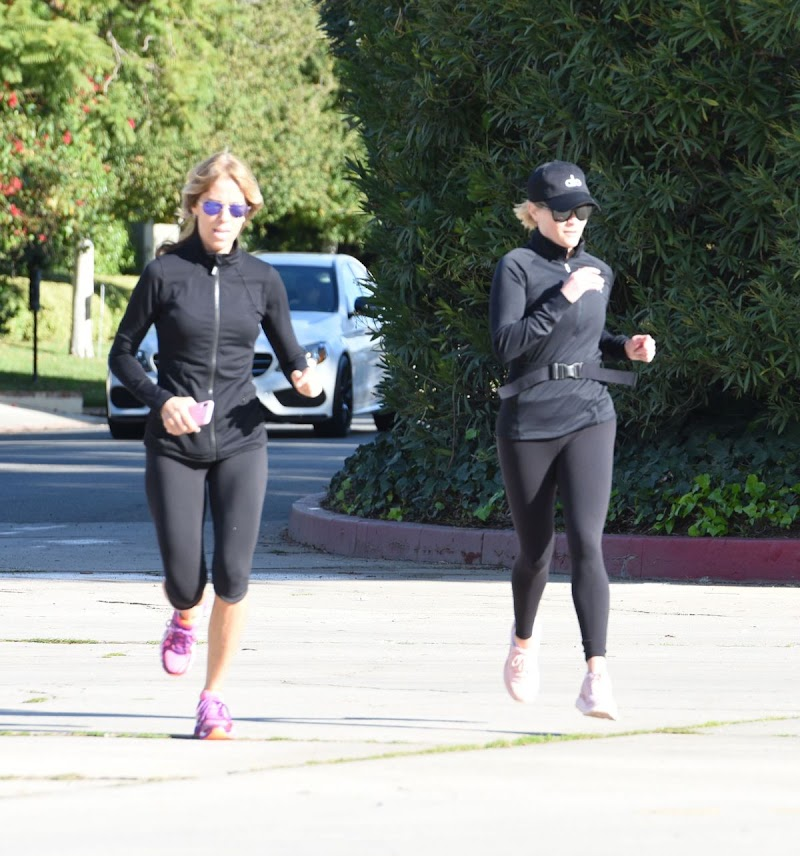 Reese Witherspoon Jogging in brentwood 6 Jan-2020