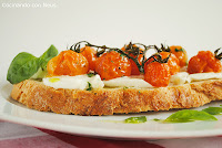 Bruschetta de mozarella y tomates cherrys