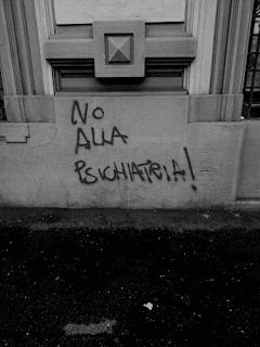 Il corteo carnevalesco del 17 febbraio 2018 del FOA Boccaccio di Monza deve essere passato di qui. Penso che anche loro optino per le psicologhe MILF rispetto alle psichiatre tanto carine.