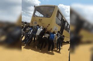 Alunos empurrando Ônibus Escolar