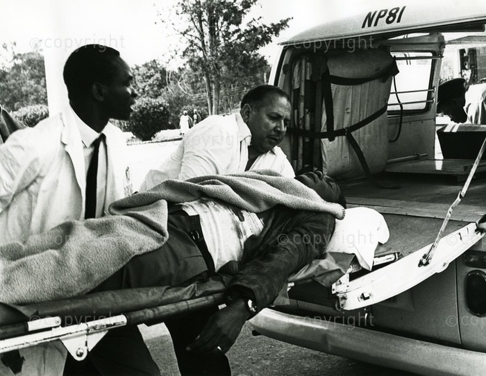 shootiwa%2B2 - Historic PHOTOs show Good Samaritans trying to save TOM MBOYA's life after he was shot by a hired assassin along Moi Avenue.