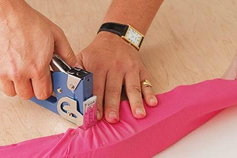 una ves estn bien pegada la espuma seria la hora de tapizar el cabecero con la ayuda de la grapadora teniendo cuidado de ir estirando bien la tela para