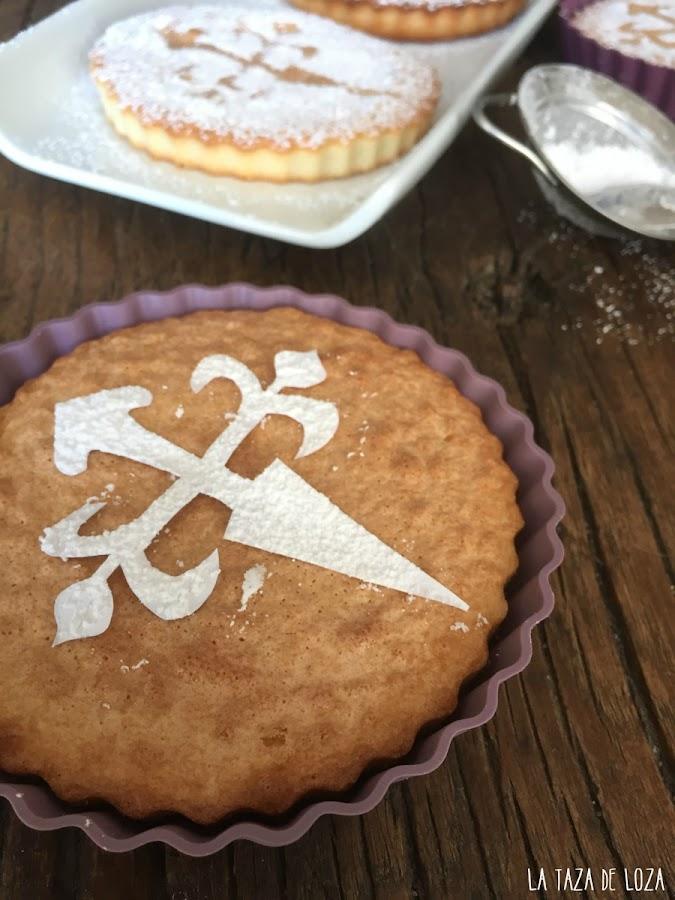 Tarta-de-Santiago-con-la-cruz-hecha-en-cartulina