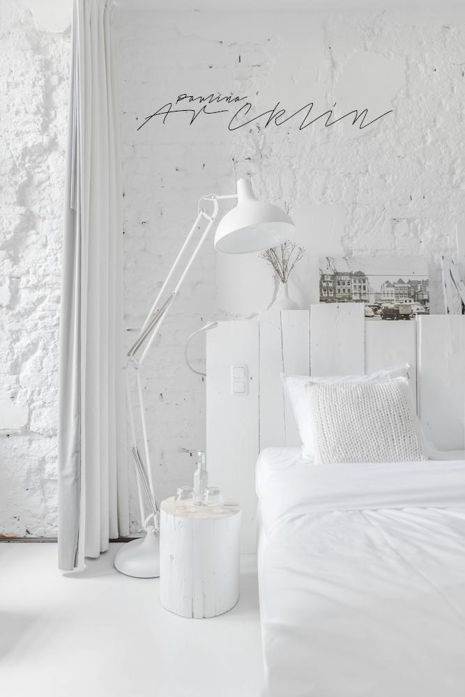 Lámpara de pie blanca y mesilla de noche hecha con un tronco de madera pintado de blanco