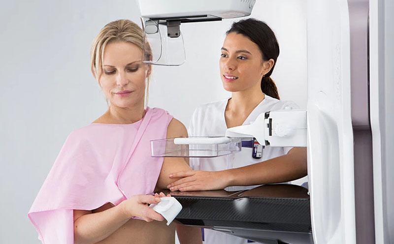 Девушка делает маммографию  | Лучшие изобретения 2019 на Стартап Ньюс