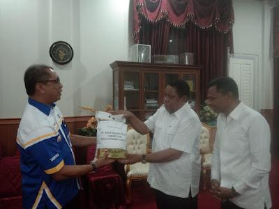 Pimpinan Bank Maluku-Maluku Utara cabang Tual saat menyerahkan secara simbolis bantuan beras kepada Pemerintah Kota Tual di Ruangan Walikota Tual, Rabu (6/05/2020)