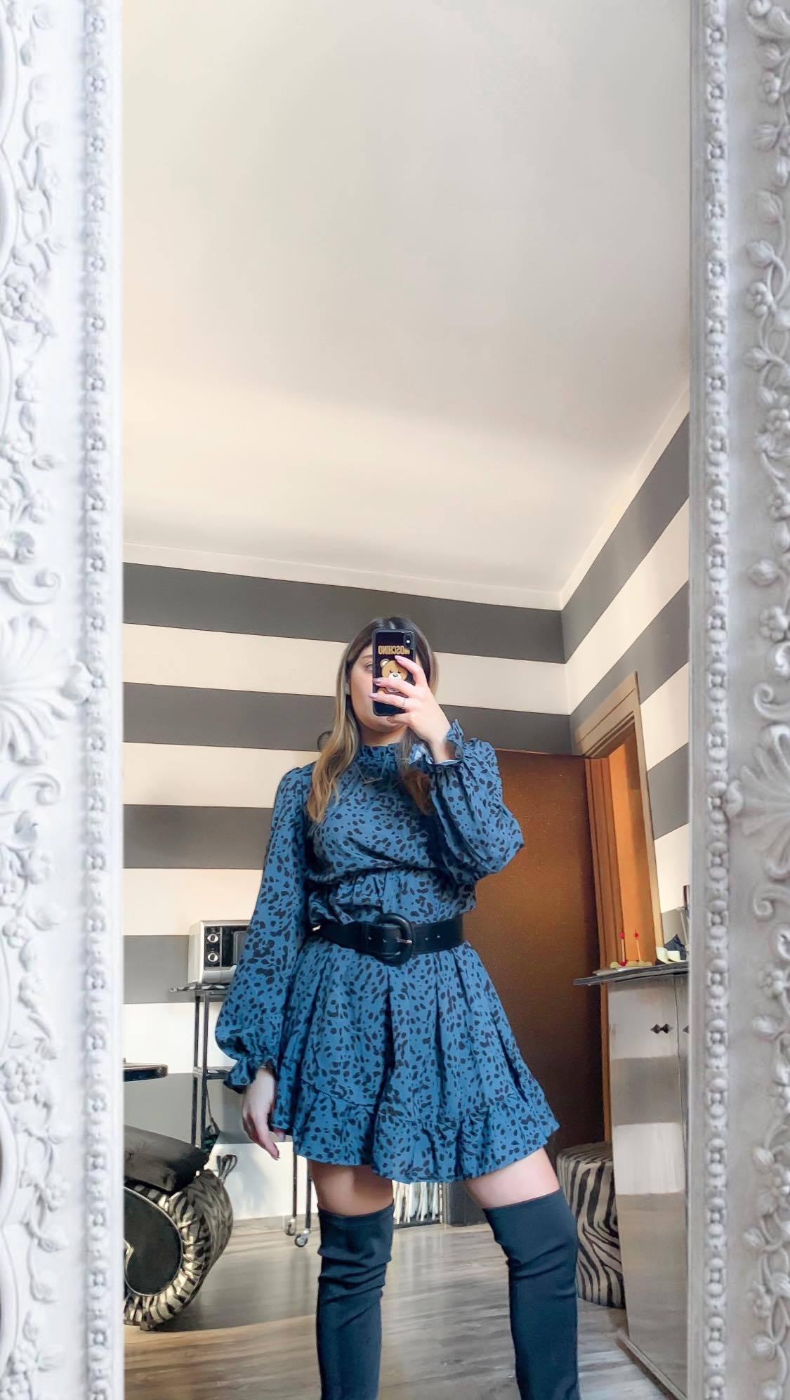 vestito ragazza specchio