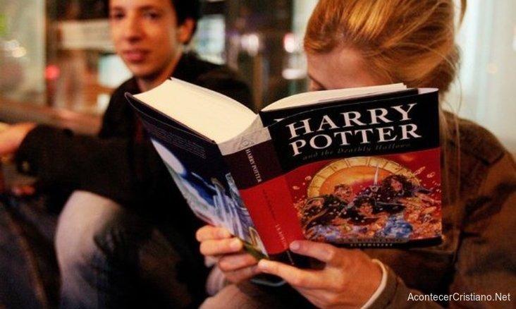 Leyendo libro de Harry Potter