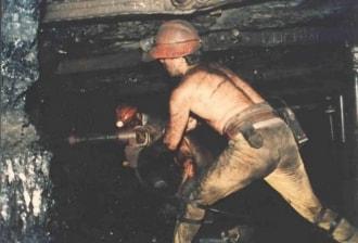 Dos mineros excavando en la mina