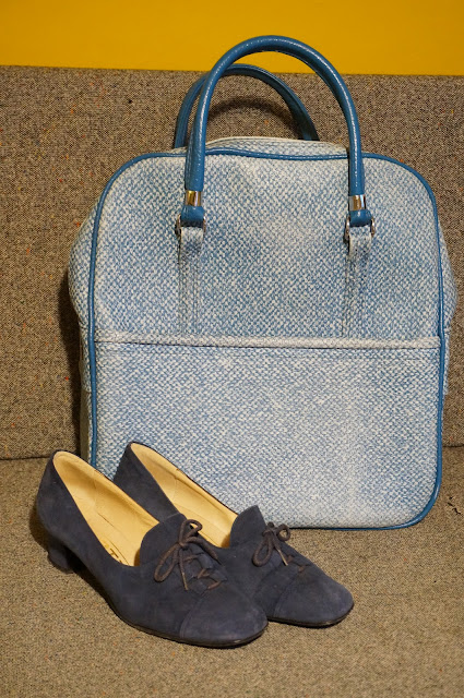 60s 70s travel tote bag 70s blue suede granny loafers 1970s 1960s annees 60 70 sac chaussures