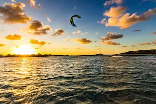 Kitesurf Playa de Elafonisi con la Puesta de Sol, Isla de Creta, Grecia