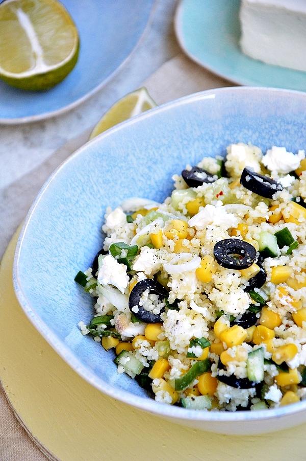 Sałatka z kaszy kuskus z kukurydzą, fetą i oliwkami