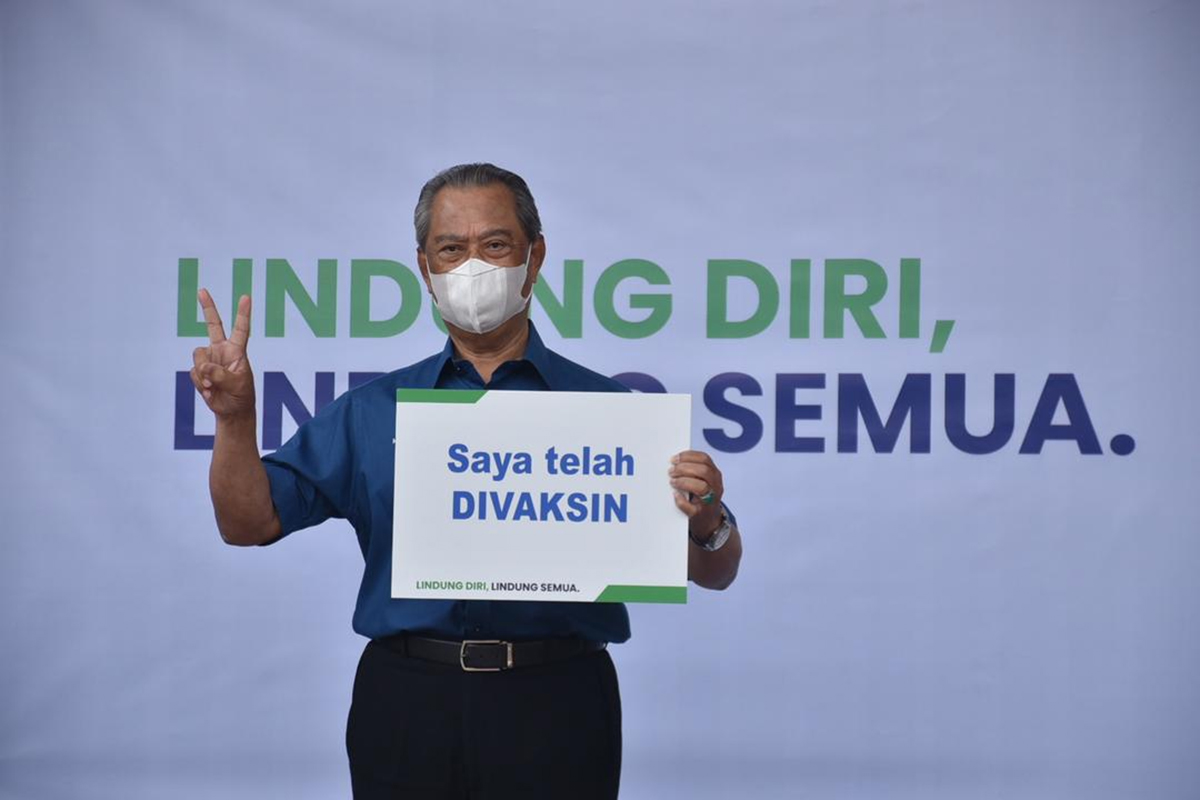 Perdana Menteri Tan Sri Muhyiddin Yassin telah menjadi orang pertama menerima suntikan vaksin Covid-19