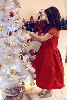 menina decorando a arvore de natal - fotos de natal