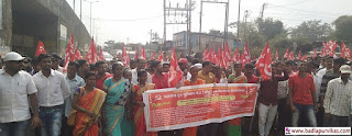 Shahapur (Badlapur Vikas Media): Thousands of workers of Shahpur Taluka Situ and other unions took to the streets on January 3, calling for a one-day strike on January 5, calling on the central labor unions and various unions across the country to protest against the policies of the central government against common workers and farmers. It was held for an hour.         Taluka protests by local unemployed youths, peasants, laborers, demanding communal demands of the mass workers, Kisan Sabha, Marxist Communist Party's Jana Sangh, Kisan Sabha, Democratic Youth Federation, Students' Federation, Talukas. Thousands of workers, women and youths blocked the entire highway on National Highway No.1 on January 5, starting at 8am at Shahpur bus station.     In this agitation, immediately approve the proposals of forest land pending in the three demands of the country and local demands of the country. T Income, Degree, Diploma, Survey of educated youths and integrate them on a permanent basis in the factory in the taluka. Forgive the loans taken by the unemployed youths and peasant children for education, etc. S. Income Citu Hospital, along with Situ, Kisan Sabha along with Kisan Sabha, were marched on the streets demanding that the contractor attacking the workers of Ispi Glass be closed, close the contractual system and obey the minimum wage law.       Meanwhile, police tried to throw banners from the police while preventing the marchers from rastering them, but the divisional police officer and Shahapur police inspector Ghanshyam Adhav kept the police in check and did not do any wrong thing.