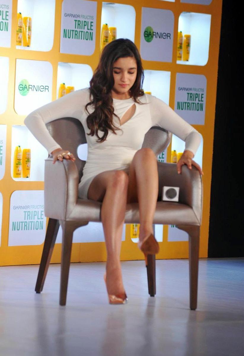 Alia Bhatt in Sizzling Beautiful Cream Dress