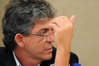 Ricardo Coutinho chega à sede da Polícia Federal e deve passar por audiência de custódia em João Pessoa