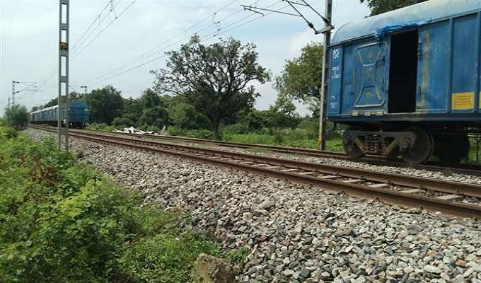 ग्रामीणों के शोर मचाने पर ट्रेन चालक ने रोकी ट्रेन, जौनपुर में चलती मालगाड़ी के हो गए दो हिस्से