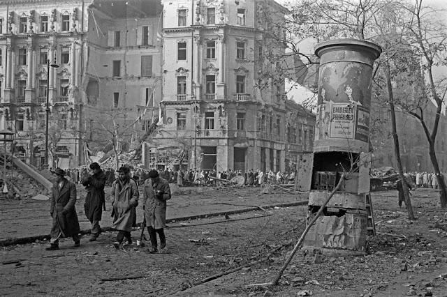 Az AVH Debrecenbe a tűntetők közé lőtt: 1956-os forradalmárjátékot forgattak magyar fiatalok