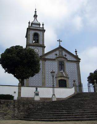 igreja com fachada de azulejos