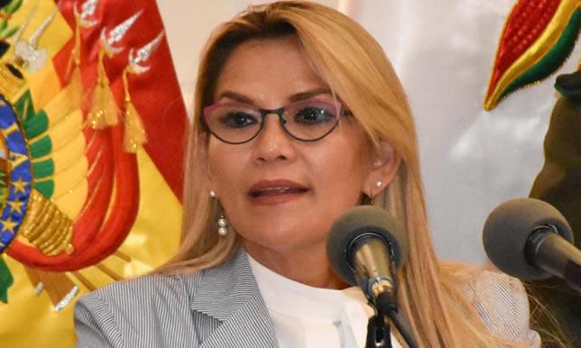 Presidenta reafirma trabajo por un mejor sistema de salud y empleo digno, en los 195 años de independencia de Bolivia
