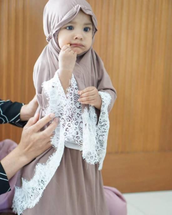 Hawa anak Shiren Sungkar yang memakai mukena