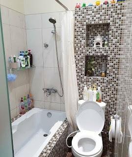 Desain kamar mandi minimalis putih dan cokelat