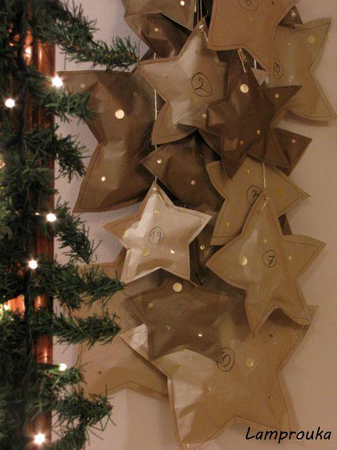 Ημερολόγιο αντίστροφης μέτρησης χάρτινα αστέρια.