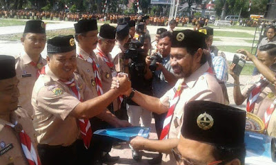 Kepsek SMP Negeri 1 Badar dan Muzakir Manaf Bersalaman
