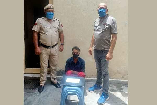 crime-branch-sector-56-faridabad-arrested-beiman-naukar-raju