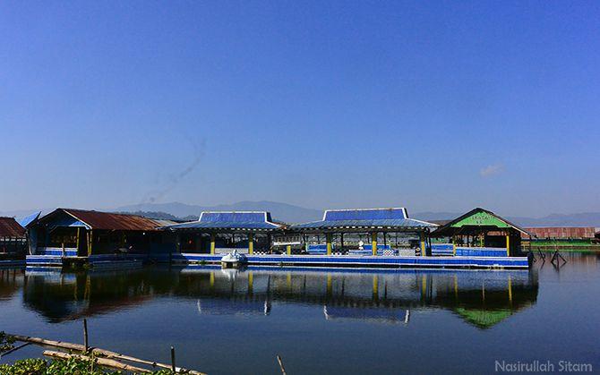 Jejeran warung apung di Rowo Jombor masih sepi