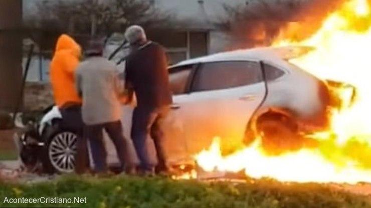 Hombres rescatan a mujer de auto en llamas