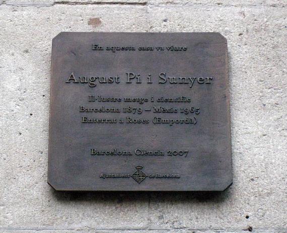 Placa dedicada a August Pi i Sunyer al carrer Girona, 20