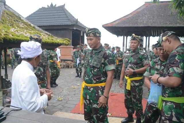 Kodam IX Udayana Gelar Tirtayatra di Pura Lempuyang