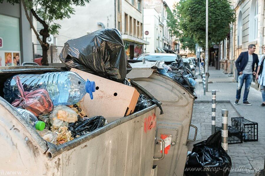 Мусор в баках на улицах Варны в Болгарии