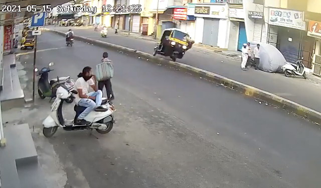 Индус попытался пнуть собаку, находясь за рулём авторикши, но карма настигла его в ту же секунду