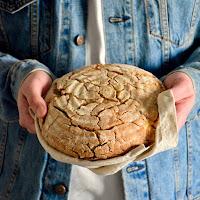 Pão de trigo sarraceno, azeite, alho e queijo