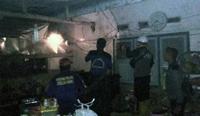 Petugas berusaha memadamkan api